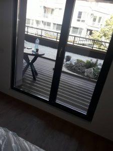 Почистена врата-прозорец към тераса.