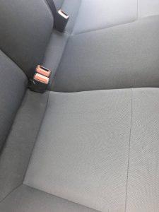 Изпрани седалки на лека кола.