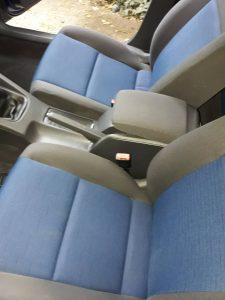 Изпрани седалки на кола.