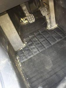 Замърсен под на лека кола.