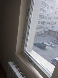Замърсени прозорци, с фолио по дограмите.