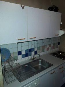 Почистена мивка, печка, шкафове.
