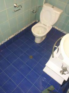 Почистена силнозамърсена баня.
