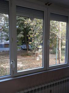 Почистени ролетни щори и прозорци.