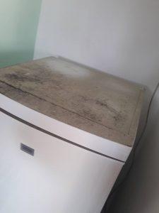 Силно замърсен хладилник.