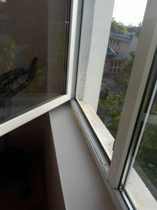 Прозорци, замърсени след ремонт.