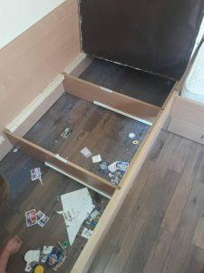 Мръсотия под мебели.