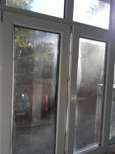 Замърсени стъкла на прозорци.