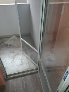 Замърсена тераса, комарницки и прозорци.