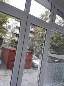 Почистени стъкла и дограми на прозорци.