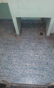 Занемарени плочки в баня.