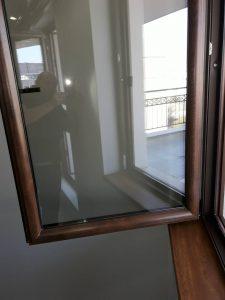 Почистени прозорци и перваз.