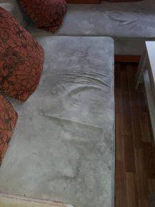 Силно замърсен диван.