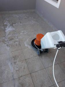 Машинно почистване на тераса с еднодискова машина.