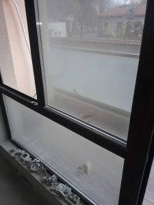 Замърсени след ремонт прозорци.