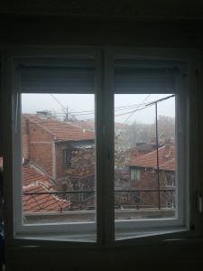 Почистени прозорец и пролетни щори.