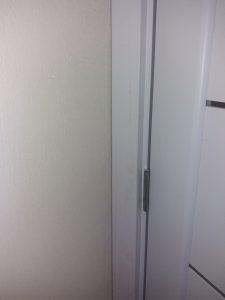 Замърсена с боя и прах врата.