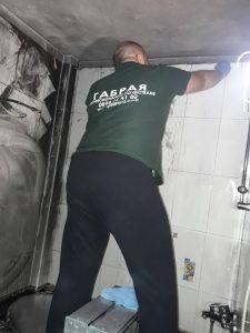 Почистване на опожарено баня.