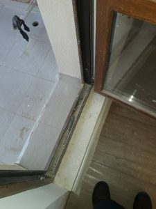 Замърсена дограма на врата.