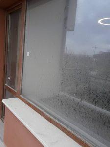 Замърсени прозорец и врата.