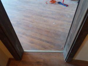 Замърсени след строеж врати и каси.