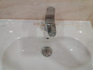 Строителен прах по мивка.