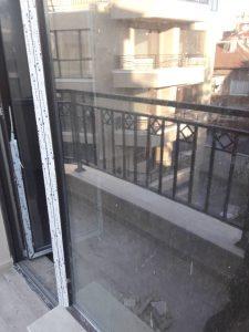 Замърсени прозорци и врата.