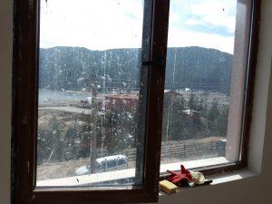 Замърсени при строеж стъкла и дограми.