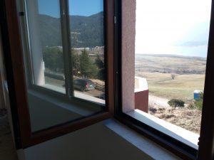 Почистено прозорец след строителна дейност.