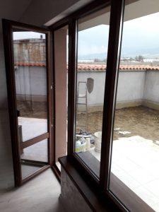 Почистени прозорци и дограма.