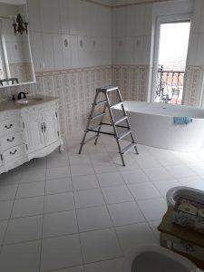 Почистване на луксозна баня.