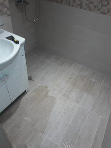 Почистване на баня от строителен прах.