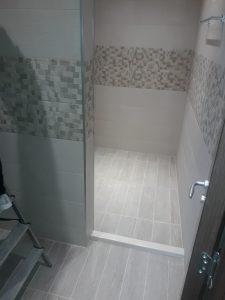 Покрита със строителен прах баня.