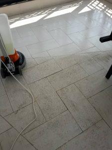 Ефект при машинно почистване на твърд под.