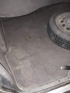 Замърсен багажник на кола.