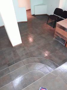 Почистен под и стълби.