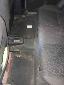 Замърсени задни седалки на кола.