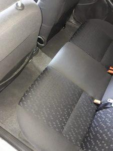 Изпрани задни седалки на кола.