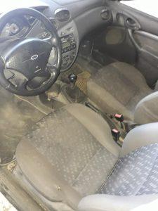 Замърсени предни седалки на кола.