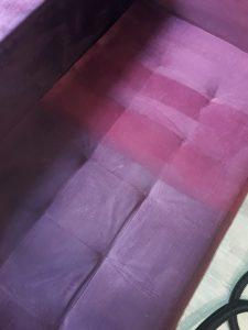 Полуизпрана тапицерия на диван.