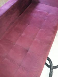 Машинно изпран тапициран диван.