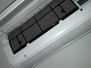 Почистен и поставен отново филтър на климатик.