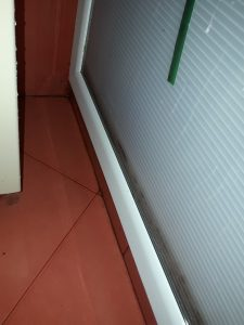 Почистин наслоен варовик в баня.
