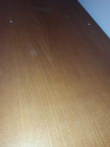 Почистена горна страна на мебел.