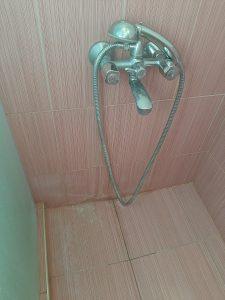 Фаянс, теракота и душ с наслоен варовик.