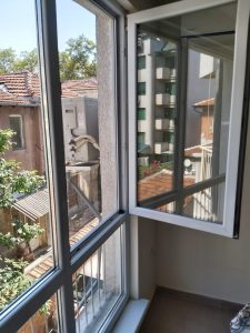 Почистени стъкла и дограма на прозорци.