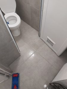 Почистена баня след ремонт.