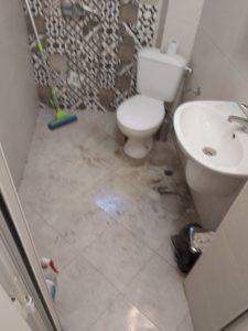Замърсена баня.