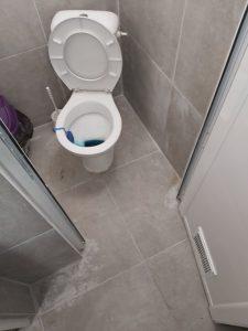 Замърсена баня след ремонт.