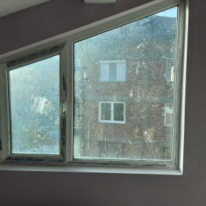 Замърсени при ремонт прозорци и первази.